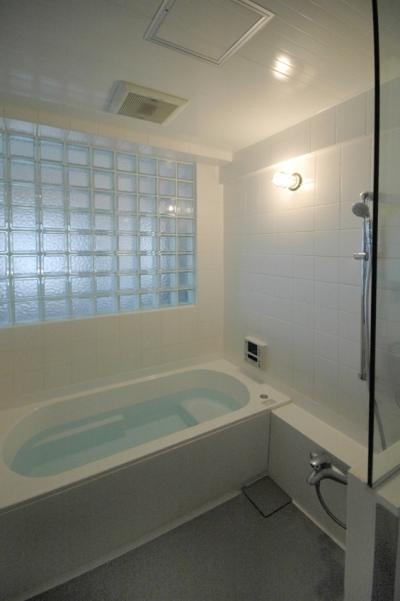 ガラスブロック壁面のバスルーム (明るい浴室を作ったマンションリノベ)
