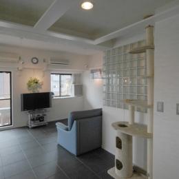 明るい浴室を作ったマンションリノベ (ホールから浴室の壁、リビングルームを見る)