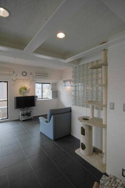 ホールから浴室の壁、リビングルームを見る (明るい浴室を作ったマンションリノベ)