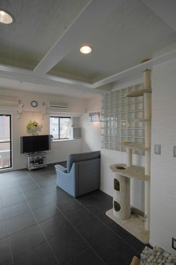 明るい浴室を作ったマンションリノベの写真 ホールから浴室の壁、リビングルームを見る