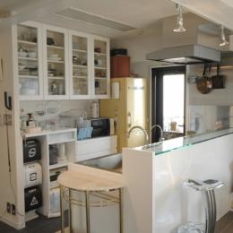 明るい浴室を作ったマンションリノベ (キッチンをダイニング側から見る)