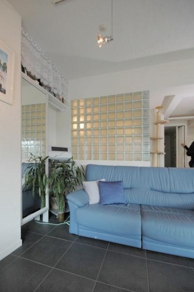 ガラスブロックの壁に接したリビングルーム (明るい浴室を作ったマンションリノベ)