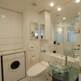 明るい浴室を作ったマンションリノベ (大理石床の洗面スペース)