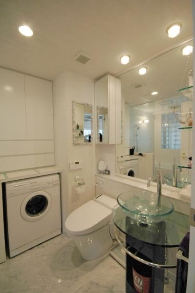 大理石床の洗面スペース (明るい浴室を作ったマンションリノベ)