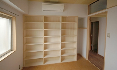 家具で仕切りをつくったマンションリノベ (寝室に作った壁一面の本棚と廊下の上の収納)