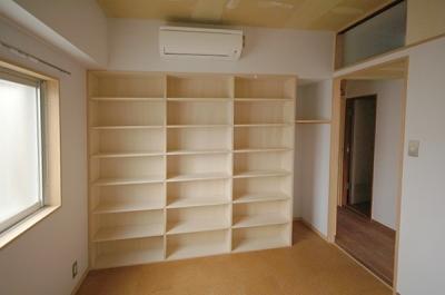 寝室に作った壁一面の本棚と廊下の上の収納 (家具で仕切りをつくったマンションリノベ)