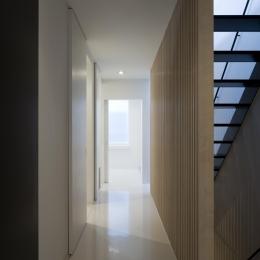 木製ルーバー壁のある廊下