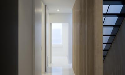 愛犬と暮らす家 地下室のあるOUCHI-13 (木製ルーバー壁のある廊下)