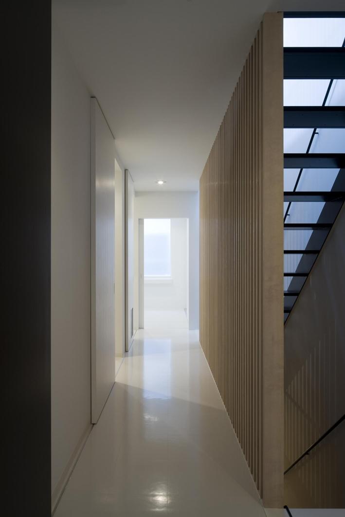 オウチ13・愛犬と暮らす家の部屋 木製ルーバー壁のある廊下