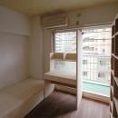 家具で仕切りをつくったマンションリノベの写真 バルコニー側の子どもスペース3
