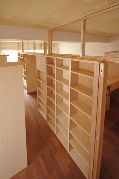 家具で仕切りをつくったマンションリノベ (部屋の中央の仕切り家具)