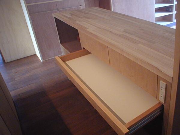 家具で仕切りをつくったマンションリノベ (キッチンに作った造作の収納)
