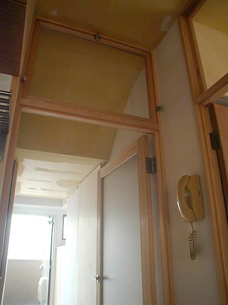 家具で仕切りをつくったマンションリノベの部屋 ドア上部のランマ