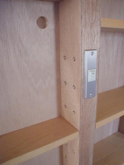 造作家具に組込んだスイッチ (家具で仕切りをつくったマンションリノベ)
