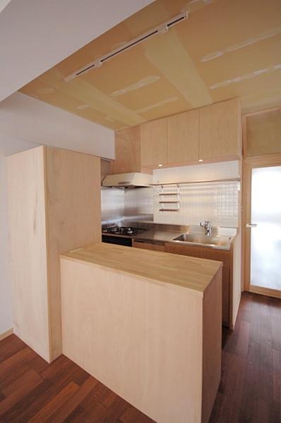 家具で仕切りをつくったマンションリノベの写真 あたらしくしつらえたコンパクトなキッチン