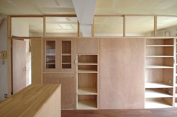 家具で仕切りをつくったマンションリノベの部屋 スペースを大きく分ける収納棚1