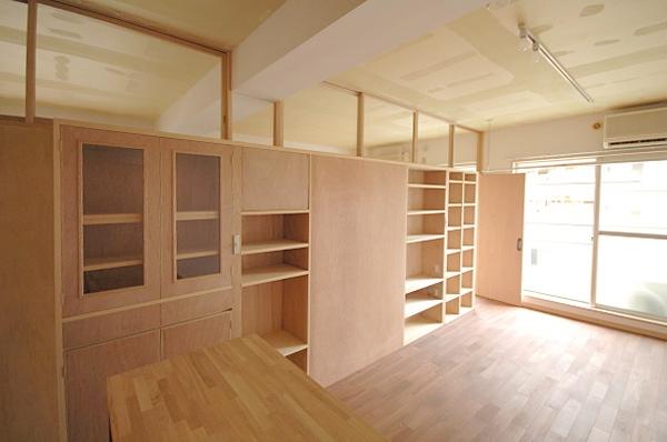家具で仕切りをつくったマンションリノベの写真 キッチンからリビングを見る
