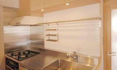 家具で仕切りをつくったマンションリノベ (コンパクトなキッチン)