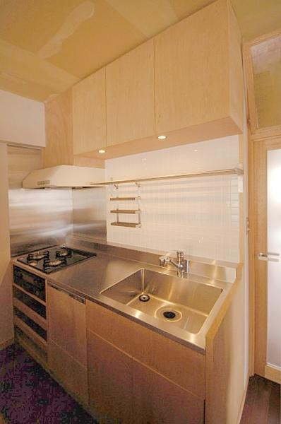 家具で仕切りをつくったマンションリノベの写真 コンパクトなキッチン