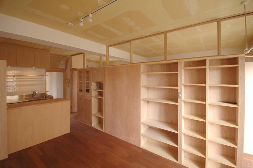 家具で仕切りをつくったマンションリノベ (家具で仕切られたリビングルーム)