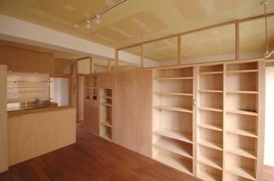 家具で仕切られたリビングルーム (家具で仕切りをつくったマンションリノベ)