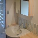 家具で仕切りをつくったマンションリノベの写真 モザイクタイルを使った洗面台