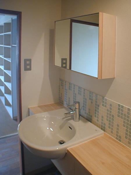 バス/トイレ事例:モザイクタイルを使った洗面台(家具で仕切りをつくったマンションリノベ)