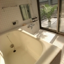 空とともに暮らす家の写真 窓が大きく明るいバスルーム