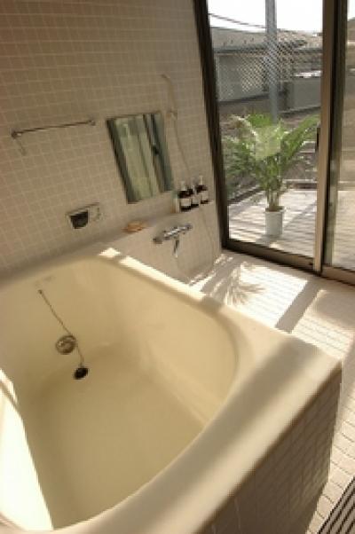 窓が大きく明るいバスルーム (空とともに暮らす家)