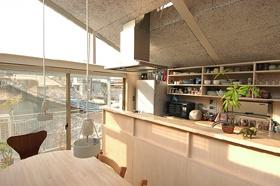 空とともに暮らす家の部屋 ダイニングからみたキッチン