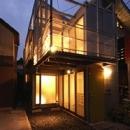 空とともに暮らす家の写真 外観 夕方の風景