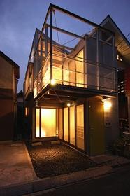 空とともに暮らす家の部屋 外観 夕方の風景