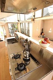 空とともに暮らす家の部屋 ステンレス製のキッチン