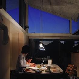 空とともに暮らす家 (夕暮れ時の風景)