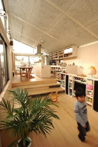 空とともに暮らす家 (リビングからダイニングとキッチンを見る)