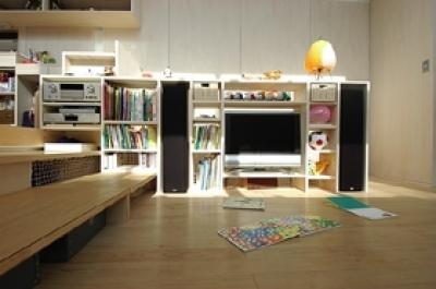リビングのTVとステレオが組込まれた収納棚 (空とともに暮らす家)
