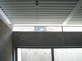 ベッドルーム事例:地階の天井と壁の上部(空とともに暮らす家)