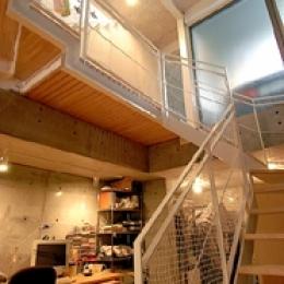 空とともに暮らす家 (地階へ行く階段室)