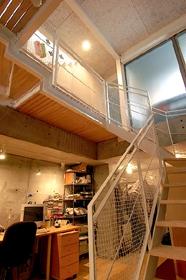 空とともに暮らす家の部屋 地階へ行く階段室