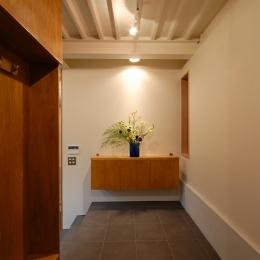 玄関の正面に収納兼飾棚 (12坪の敷地にたつ3階建て)