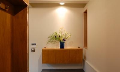12坪の敷地にたつ3階建て (玄関の正面に収納兼飾棚)