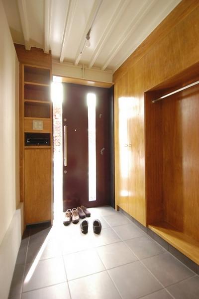 玄関引戸と収納 (12坪の敷地にたつ3階建て)