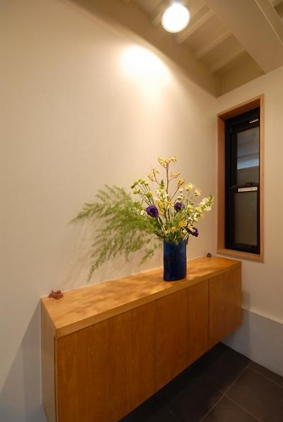 玄関の収納兼飾り棚 (12坪の敷地にたつ3階建て)