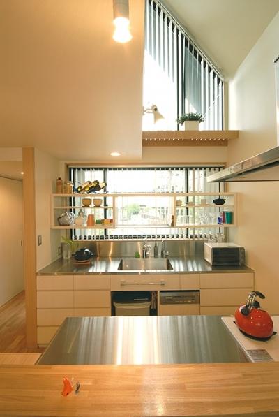2階のキッチン (12坪の敷地にたつ3階建て)