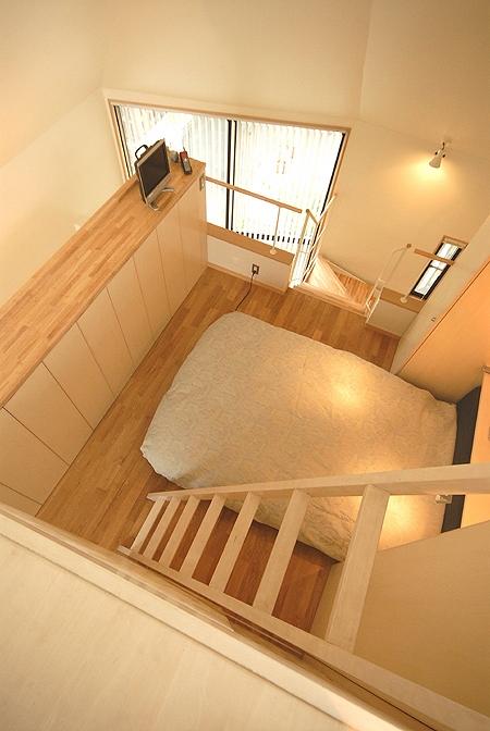 12坪の敷地にたつ3階建て (3階ベッドルームをロフトからみたところ)