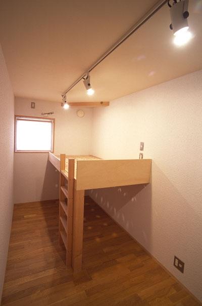 ヒノキの床の心地よい 2階リビングの部屋 細長い子ども部屋