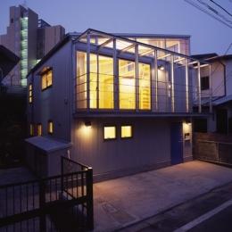 ヒノキの床の心地よい 2階リビング (道路側外観 夕方の風景)