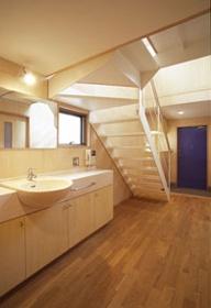 ヒノキの床の心地よい 2階リビング (廊下に設置した洗面スペース)