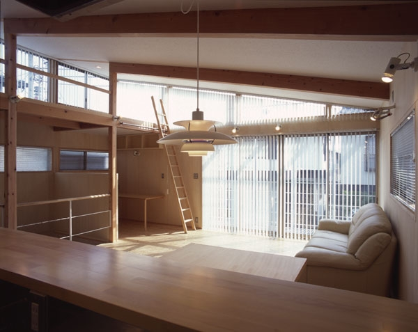 ヒノキの床の心地よい 2階リビングの部屋 キッチンからダイニング、リビングとを見たところ