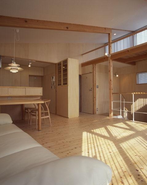 ヒノキの床の心地よい 2階リビング (リビングからダイニングとキッチンを見たところ)